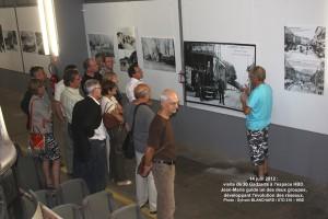 Jean-Marie égraine l'histoire des transports devant les posters