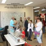 Bernard guide des visiteurs dans la salle des tramways