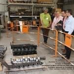 Jacques et Christian présentent au maire de Pont-de-Claix le moteur de l'ANG